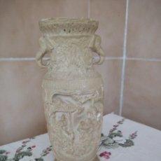 Antigüedades: ANTIGUO JARRÓN DE MARFILINA TALLADO CON MOTIVOS ORIENTALES CON CABEZA DE ELEFANTES. Lote 206422547