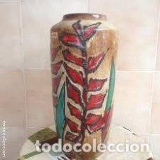 Antigüedades: ANTIGUO JARRÓN DE CERÁMICA COLOR BEIGE CON FLORES PINTADAS ROJAS Y VERDES W.GERMANY 517/50. Lote 206423772