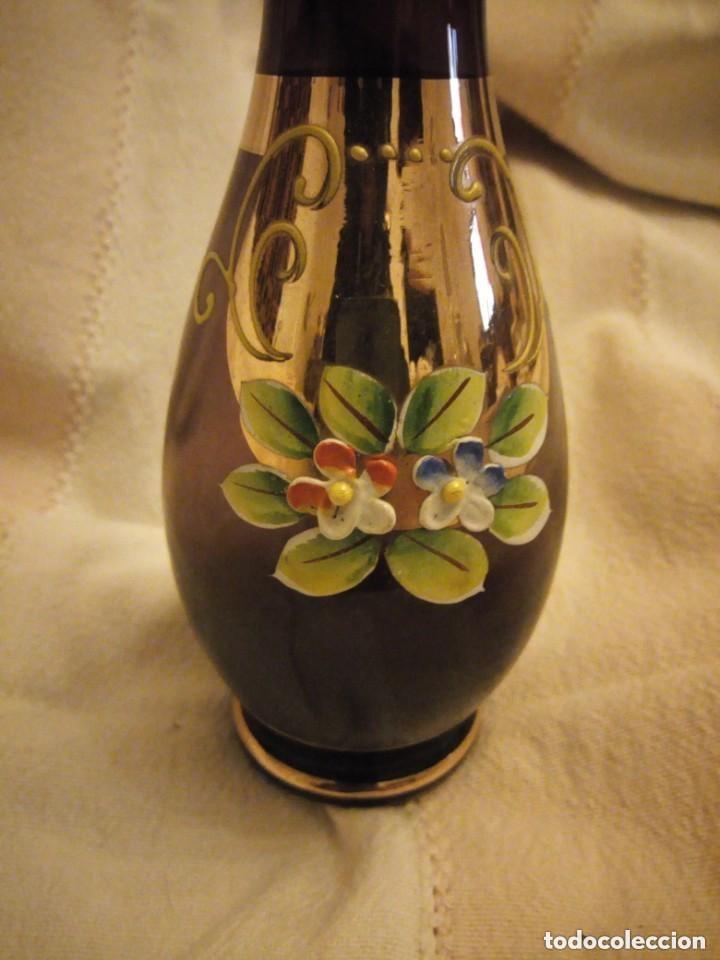 Antigüedades: Precioso jarrón de cristal de murano con flores de porcelana, y oro color marrón. - Foto 2 - 206424560