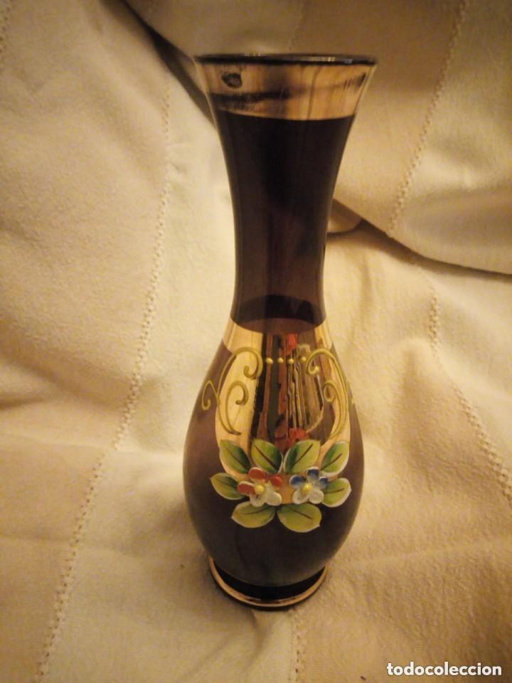 Antigüedades: Precioso jarrón de cristal de murano con flores de porcelana, y oro color marrón. - Foto 3 - 206424560