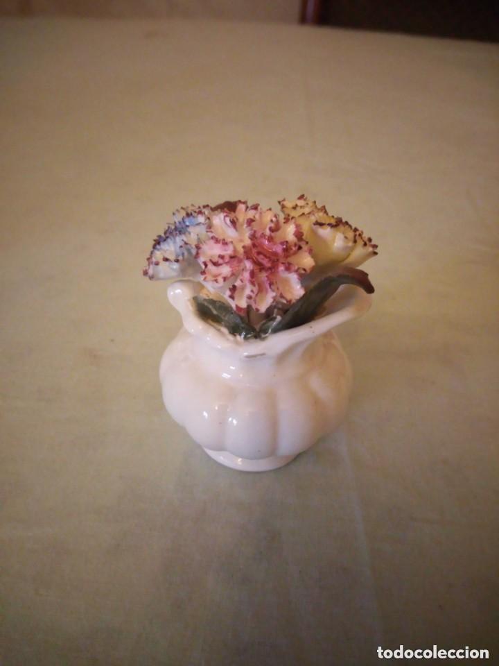 Antigüedades: Pequeño florero con claveles de porcelana,stratford bone china,staffordshire england - Foto 2 - 206426273