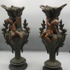 Antigüedades: PAREJA DE JARRONES DE METAL CON QUERUBINES FRANCESES.. Lote 206443462