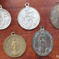 Antigüedades: CINCO MEDALLAS RELIGIOSAS: SAGR. COR. JESÚS, SAN MIGUEL, HIJAS MARIA, S.VICENTE PAÚL, DEF. DOGMATICA. Lote 206448097