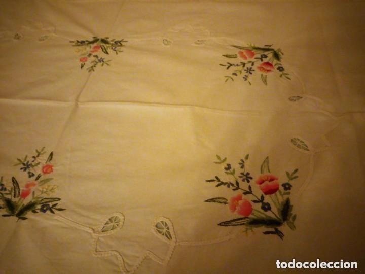 Antigüedades: Antiguo mantel de mesa rectangular de algodón bordado a maquina, años 50 - Foto 2 - 206457680