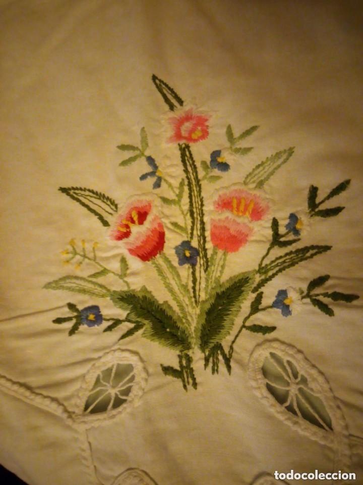 Antigüedades: Antiguo mantel de mesa rectangular de algodón bordado a maquina, años 50 - Foto 6 - 206457680