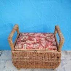 Antigüedades: ANTIGUO COSTURERO ASIENTO BAÚL HECHO DE MADERA Y FORRADO CON NEA Y TAPIZADO FLORAL.AÑOS 20/30. Lote 206513427