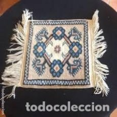 Antigüedades: PEQUEÑA ALFOMBRA PERSA TONOS BLANCO ,AZULES, NEGROS Y ROJIZOS. Lote 206516256