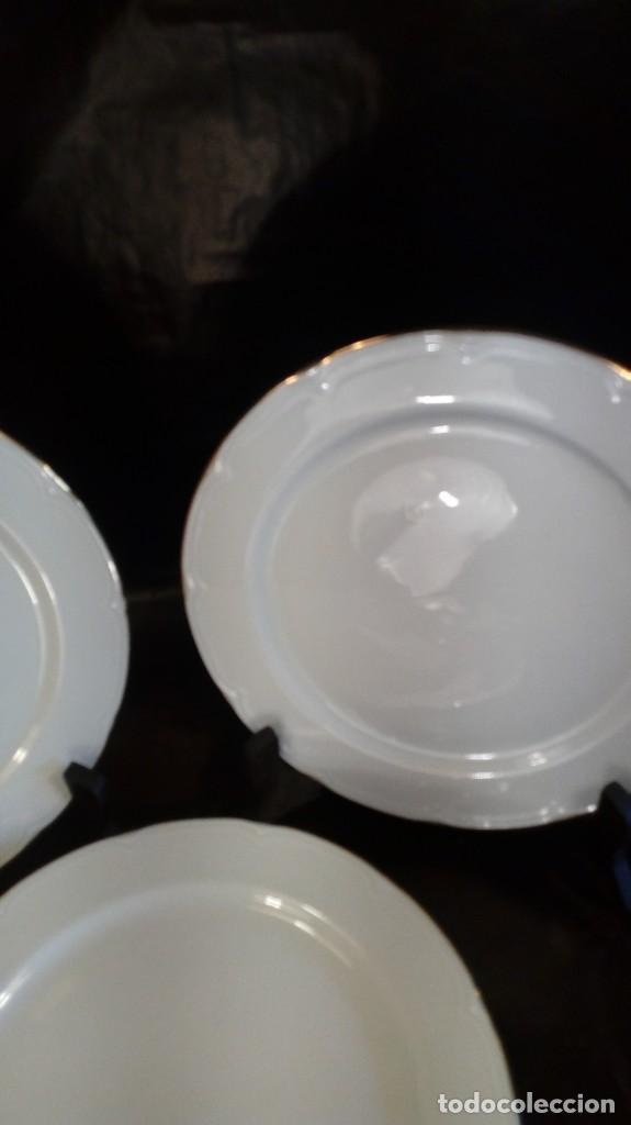 SEIS PLATOS LLANOS EN PORCELANA BLANCA SANTA CLARA DE RELIEVES CON RIBETEADOS AL ORO FINO. MARCAS (Antigüedades - Porcelanas y Cerámicas - Santa Clara)