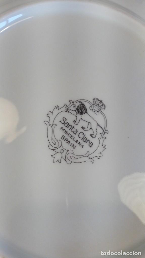 Antigüedades: SEIS PLATOS LLANOS EN PORCELANA BLANCA SANTA CLARA DE RELIEVES CON RIBETEADOS AL ORO FINO. MARCAS. - Foto 2 - 206550163