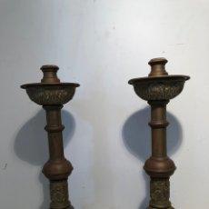 Antigüedades: PAREJA CANDELABROS DE ALTAR ANTIGUOS DE BRONCE.. Lote 206758477
