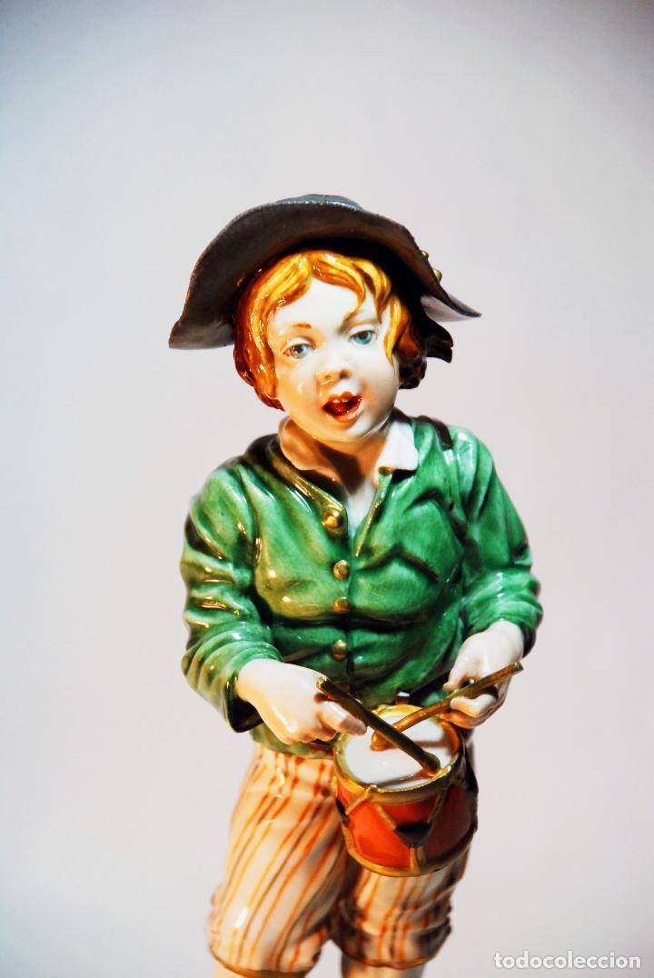 Antigüedades: Bella figura en porcelana esmaltada de niño tamborilero. Algora. Numerada. HS. 23 cm. - Foto 2 - 206790763