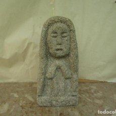 Antigüedades: ESCULTURA CENTENARIA EN PIEDRA DE LA VIRGEN CON LAS MANOS ORANDO 33 CMS ALTO. Lote 206793581