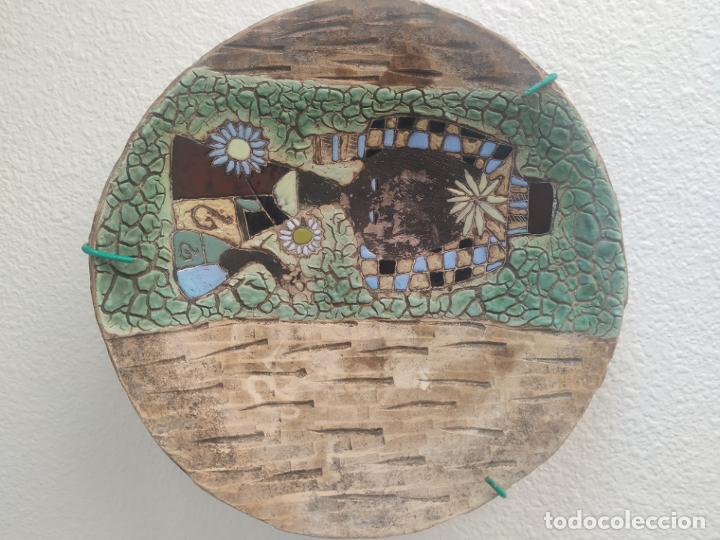 Antigüedades: Gran plato cuenco decorativo de barro con detalles en relieve, a color y esmaltes. Diámetro 34 cm. - Foto 2 - 206802407