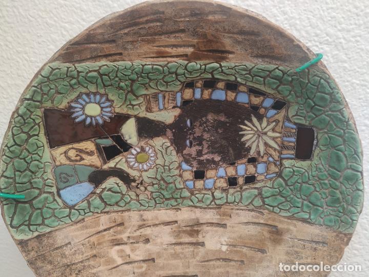 Antigüedades: Gran plato cuenco decorativo de barro con detalles en relieve, a color y esmaltes. Diámetro 34 cm. - Foto 3 - 206802407