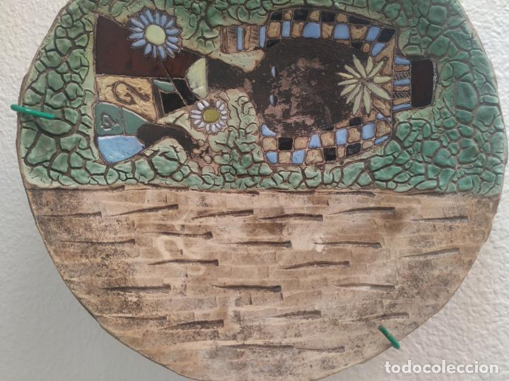 Antigüedades: Gran plato cuenco decorativo de barro con detalles en relieve, a color y esmaltes. Diámetro 34 cm. - Foto 4 - 206802407