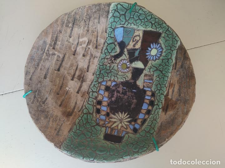 Antigüedades: Gran plato cuenco decorativo de barro con detalles en relieve, a color y esmaltes. Diámetro 34 cm. - Foto 5 - 206802407