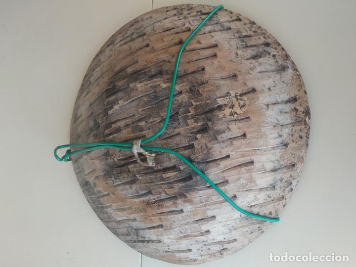 Antigüedades: Gran plato cuenco decorativo de barro con detalles en relieve, a color y esmaltes. Diámetro 34 cm. - Foto 6 - 206802407