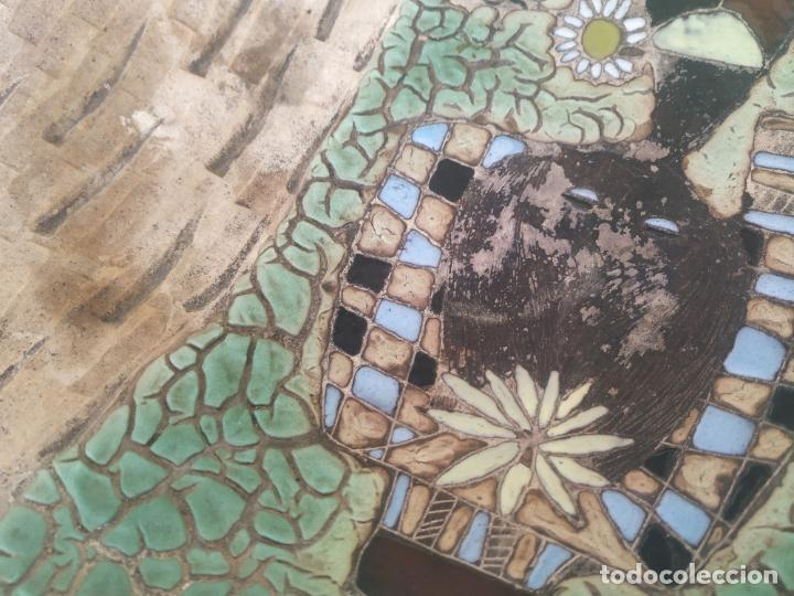 Antigüedades: Gran plato cuenco decorativo de barro con detalles en relieve, a color y esmaltes. Diámetro 34 cm. - Foto 7 - 206802407