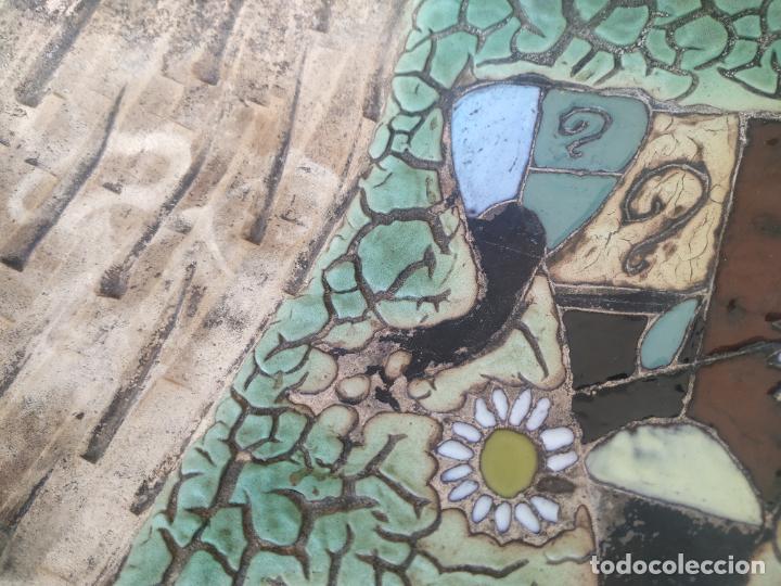 Antigüedades: Gran plato cuenco decorativo de barro con detalles en relieve, a color y esmaltes. Diámetro 34 cm. - Foto 8 - 206802407