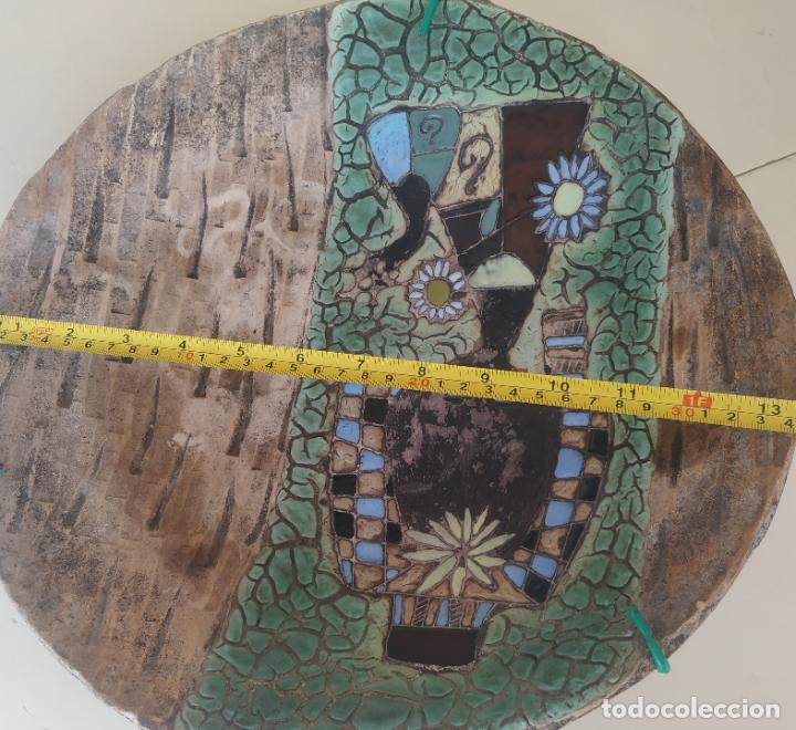 Antigüedades: Gran plato cuenco decorativo de barro con detalles en relieve, a color y esmaltes. Diámetro 34 cm. - Foto 10 - 206802407