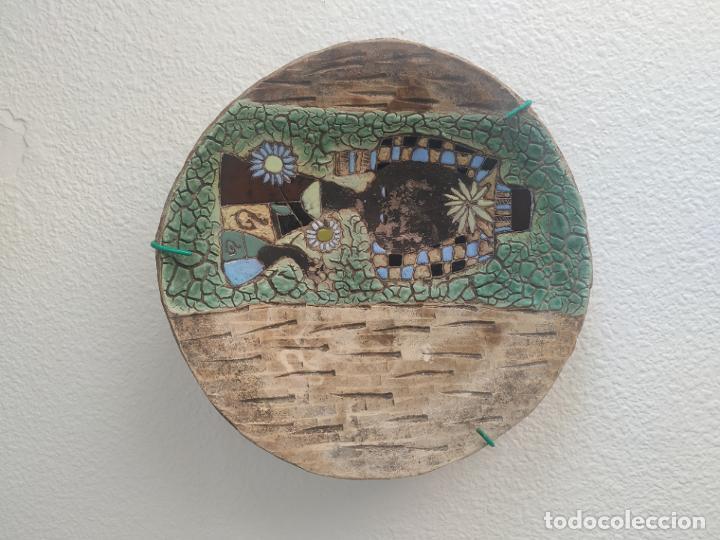 GRAN PLATO CUENCO DECORATIVO DE BARRO CON DETALLES EN RELIEVE, A COLOR Y ESMALTES. DIÁMETRO 34 CM. (Antigüedades - Hogar y Decoración - Platos Antiguos)
