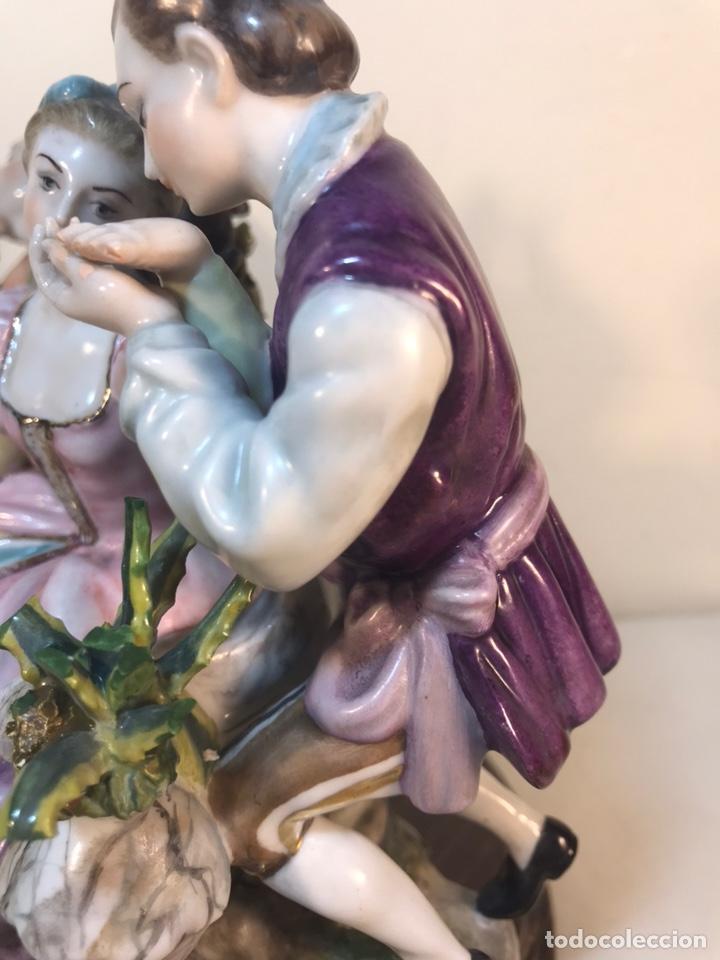 Antigüedades: Figura Porcelana- Escena romántica- 11x16x16cm - Foto 13 - 206808218