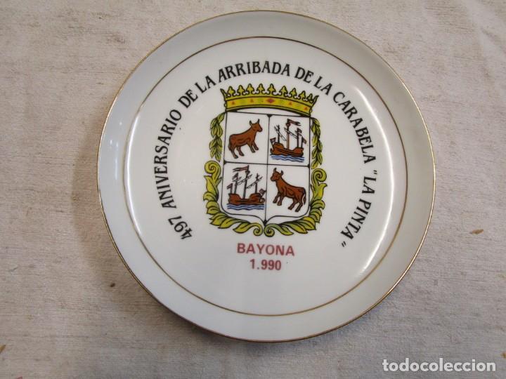 GALICIA - PLATO DECORATIVO 497 ANIVERSARIO DE LA ARRIBADA CARABELA ' LA PINTA ' BAYONA 1990 + INFO (Antigüedades - Porcelanas y Cerámicas - Otras)