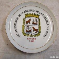 Antigüedades: GALICIA - PLATO DECORATIVO 497 ANIVERSARIO DE LA ARRIBADA CARABELA ' LA PINTA ' BAYONA 1990 + INFO. Lote 206832102
