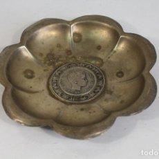 Antigüedades: BANDEJA DE ALPACA CON MONEDA ALFONSO XIII 1897. Lote 206854247