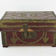 Antigüedades: CAJA DE MADERA FORRADA DE PIEL Y TACHUELAS, PRINCIPIOS SIGLO XIX. VER FOTOS. 34X20X18CM. Lote 206871858