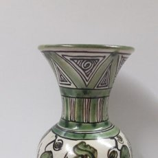 Antigüedades: JARRON REALIZADO EN CERAMICA DE TERUEL - ALTURA 21,5 CM . FIRMADO PUNTER. Lote 206894898