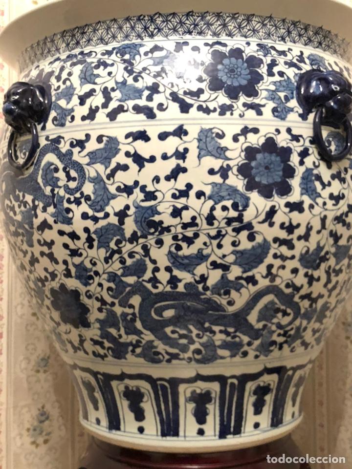 Antigüedades: GRAN MACETERO / JARRÓN CHINO ESMALTADO PINTADO A MANO. CON PEANA MADERA Y MADRE PERLA - Foto 2 - 206943328
