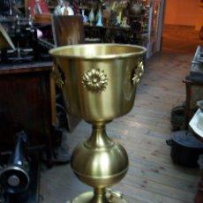 Antigüedades: ANTIGUO MACETERO DE BRONCE. Lote 206944298