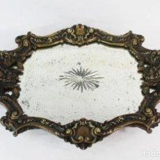 Antigüedades: BANDEJA NAPOLEÓN III EN BRONCE PATINADO CON CENTRAL DE ESPEJO TALLADO. CA 1880. Lote 128888291