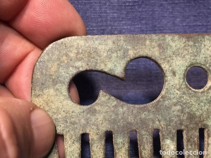 Antigüedades: antiguo peine bronce cardar lana cardador crin caballo 6 x 11 cm S XVII XVIII - Foto 12 - 206998443