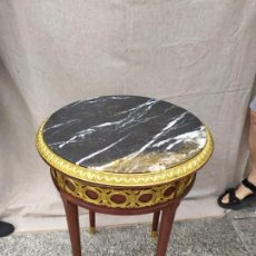 Antigüedades: MESA GUERIDON CAOBA BRONCE Y MARMOL, FINALES DEL XIX /ALTURA 65 CM / DIÁMETRO /50 CM. Lote 207019726