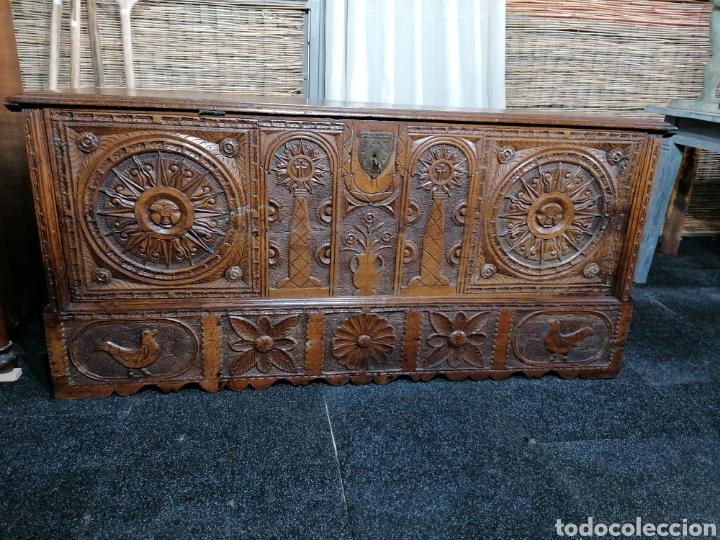 ARCÓN TALLADO DE CASTAÑO (Antigüedades - Muebles Antiguos - Baúles Antiguos)