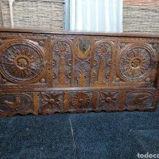 Antigüedades: ARCÓN TALLADO DE CASTAÑO. Lote 207057898