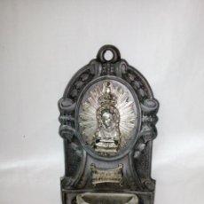 Antigüedades: ANTIGUA BENDITERA PARA COLGAR DE METAL Y CRISTAL N.S. DE LA CUEVA SANTA 12X6CM. Lote 207068185