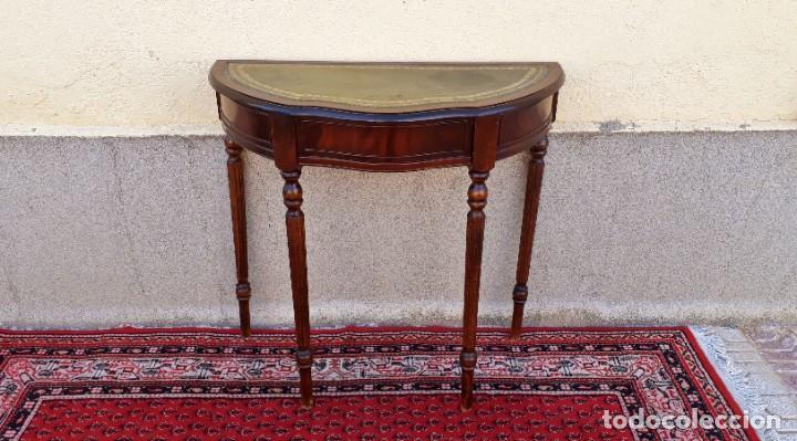Antigüedades: Consola antigua cuero verde estilo inglés. Mesa auxiliar antigua vintage. Mueble recibidor entrada. - Foto 2 - 207084617