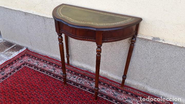 Antigüedades: Consola antigua cuero verde estilo inglés. Mesa auxiliar antigua vintage. Mueble recibidor entrada. - Foto 3 - 207084617