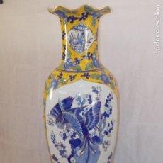 Antigüedades: TIBOR JARRON CHINO POLICROMADO CON PEANA MADERA LOROS AZULES Y TONOS AMARILLOS 90 CM. Lote 207191328