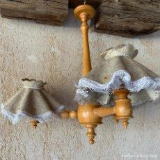 Antigüedades: LAMPARA DE MADERA CON TRES BRAZOS Y TULIPAS DE PAPEL DECORADO . ELECTRIFICADA . VINTAGE .. Lote 207215112