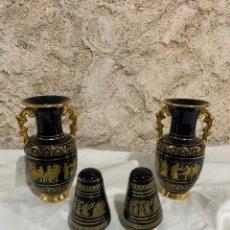 Antigüedades: PAREJA DE JARRONES Y SALEROS GRIEGOS DECORADOS EN ORO DE 24 K. Lote 207283023