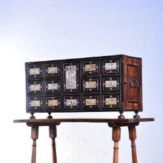 Antigüedades: BARGUEÑO ANTIGUO EN MADERA DE ÉBANO, PALO SANTO Y APLICACIONES DE HUESO ESCENAS CAZA + MESA DE NOGAL. Lote 207365277