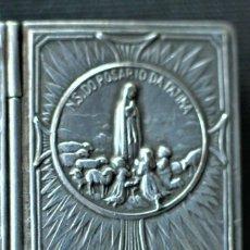 Antigüedades: CAJA DE PLATA EN FORMA LIBRO PARA GUARDAR ROSARIO VIRGEN LOURDES MEDIDAS 3,5 X 3 X 0,8 CM. Lote 207418705