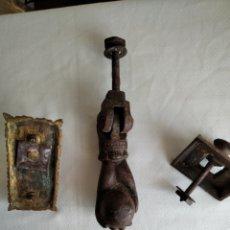 Antiquités: PICAPORTE HIERRO Y TIRADOR DE BRONCE COMPLETO. Lote 207447018