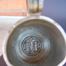 Antigüedades: JARRA VINAJERA LITÚRGICA. ESTAÑO.EN EL FONDO ESCENA CRUCIFIXIÓN CRISTO .16,5 CM SIGLO XX.. Lote 207473501