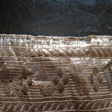 Antigüedades: ANTIGUO GALON ORO METAL HOJILLA 28X7 CM IDEAL VIRGEN CONFECCION NIÑO JESUS SEMANA SANTA. Lote 207492227