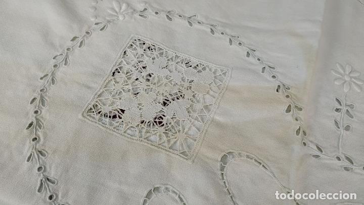Antigüedades: MANTEL. 176X176. CREPE DE ALGODÓN. BORDADOS Y ENCAJES. ESPAÑA. CIRCA 1950 - Foto 20 - 207497483